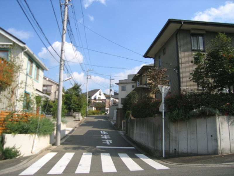 住宅街に入る道