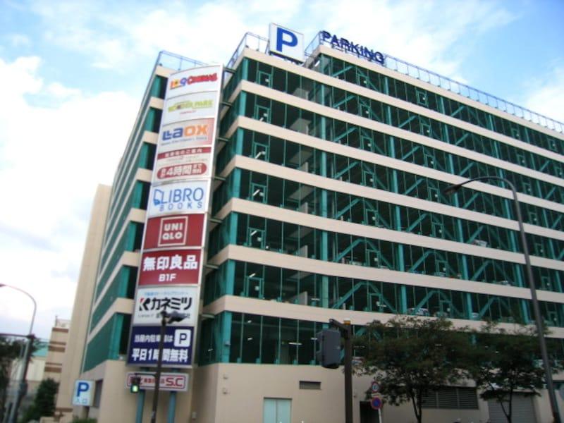 駐車場を備えた建物