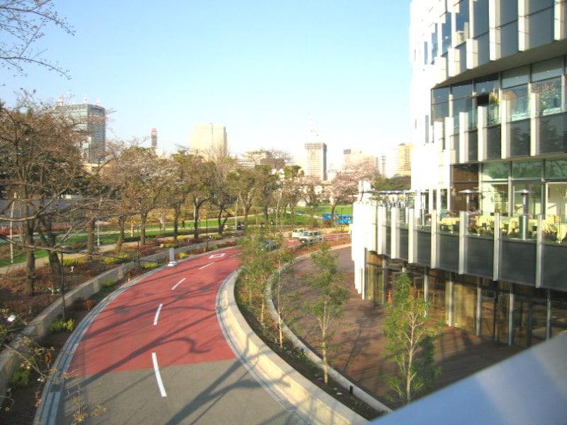 ガーデンテラスと車道