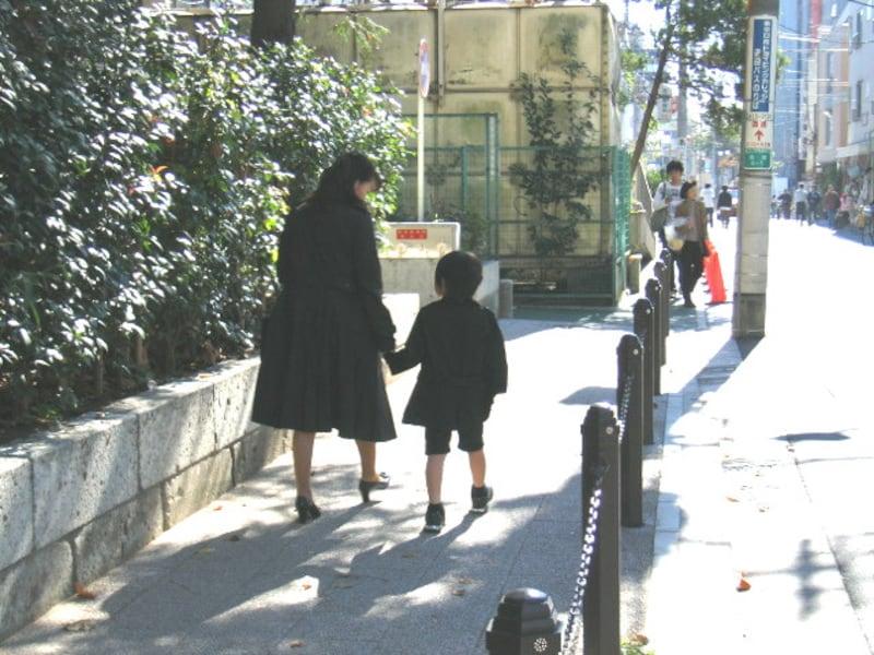成城学園近くの親子連れ