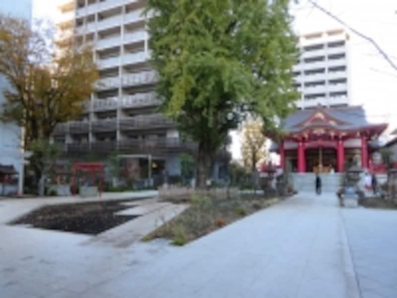 成子天神社とマンション