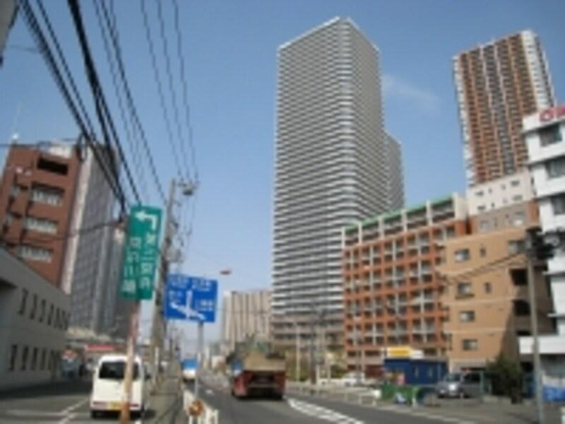 綱島街道を挟んで大規模マンション、タワーマンションが建ち並ぶ。ここ4年ほどで街の風景は大きく変わった