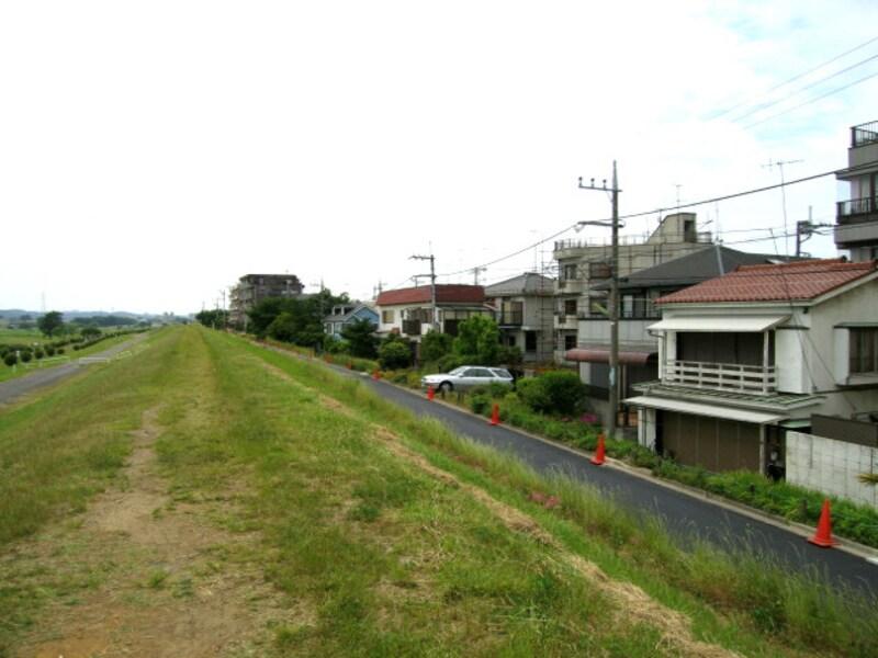 川沿いの住宅街