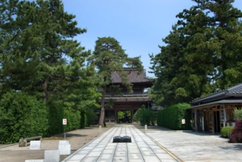 天徳院。山門は金沢市の指定文化財