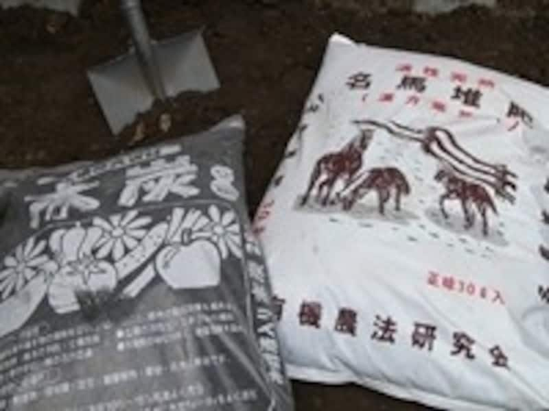 家庭菜園の土作りの手順2。左:炭(土壌改良用)/右:馬糞(たい肥と同様に使います)