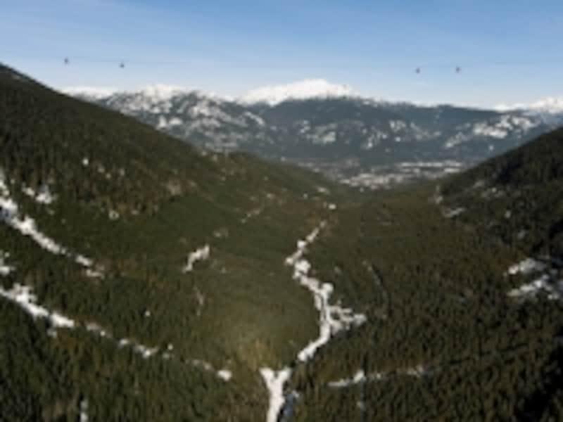 ウィスラー山とブラッコム山にかかるピーク2ピークundefined(クリックで拡大)undefined(C)TourismWhistler