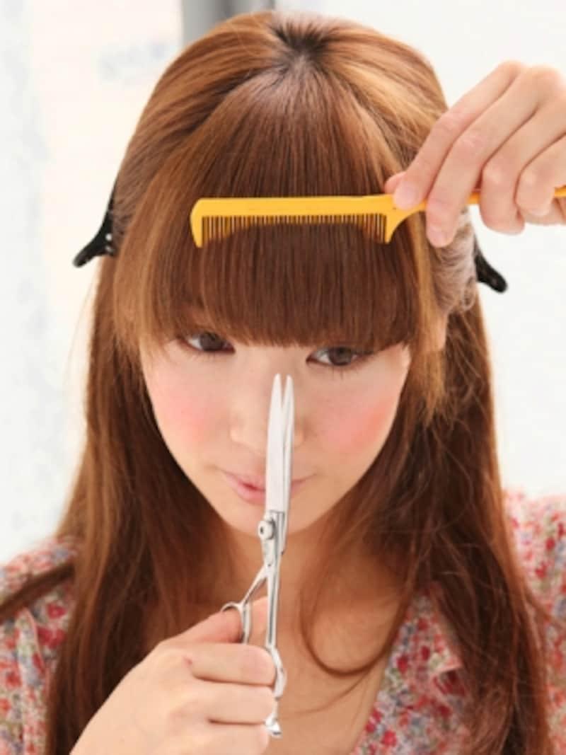 前髪にコームを通して毛先をカット