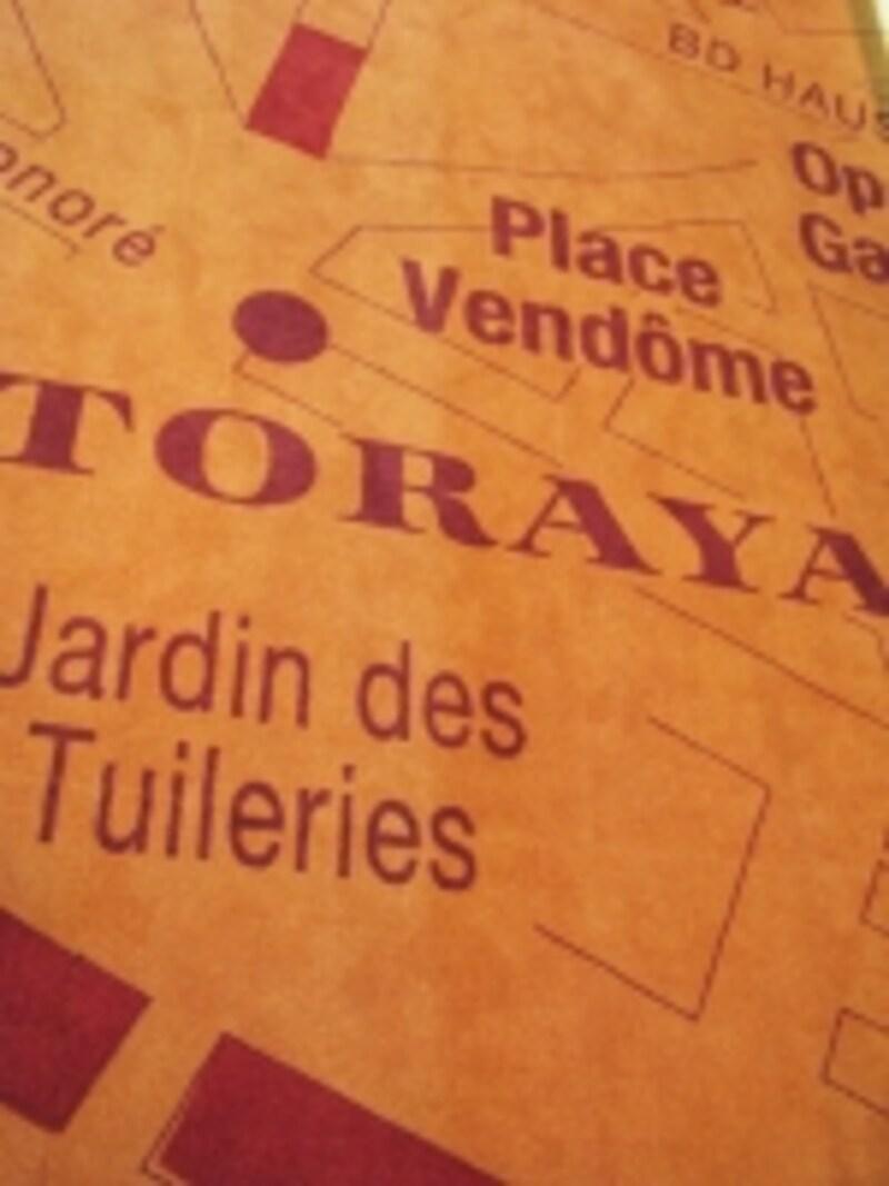 とらや銀座店。「とらやパリ祭」期間中は、絨毯がパリの地図になっている。