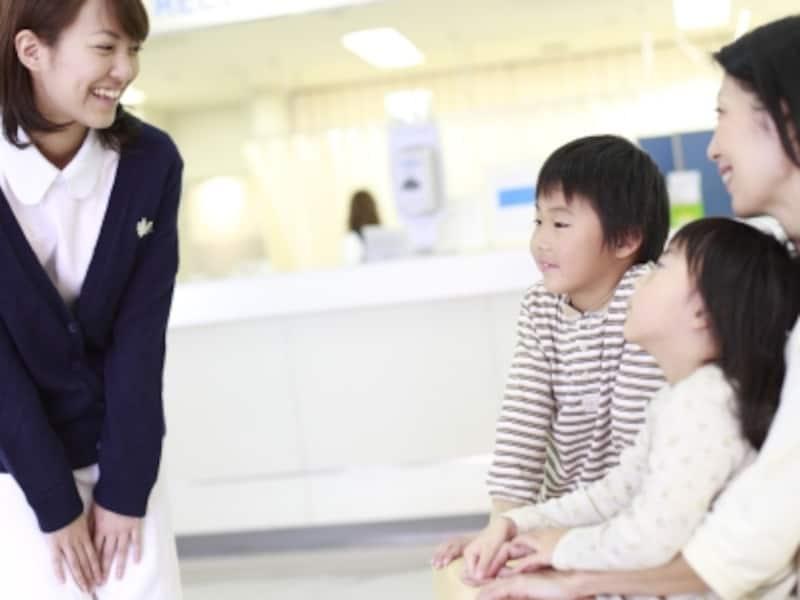 病院の受付で待つ親子