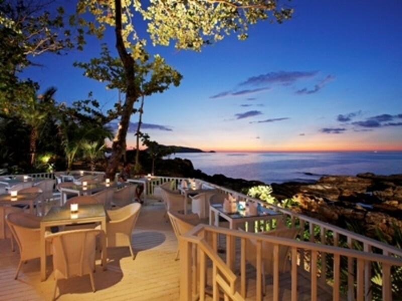 夕日を眺めながら楽しむ食事はプーケットの思い出になるはず