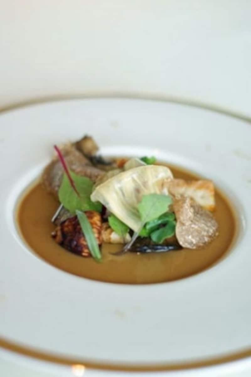 秋の「森」をイメージした作られたキノコだらけの一皿。白トリュフは秋の至宝です