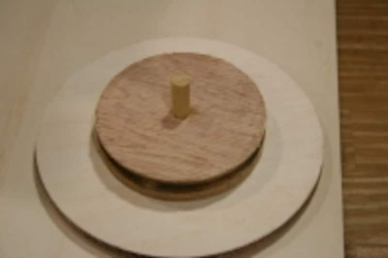 円の中心に丸棒がくるように貼りましょう