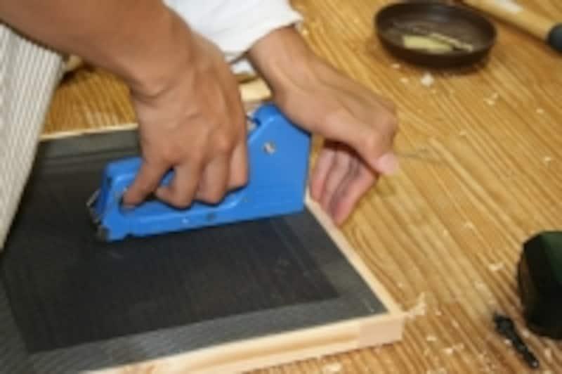 小型のタッカーは画鋲と同じようにいろいろと使えて便利!