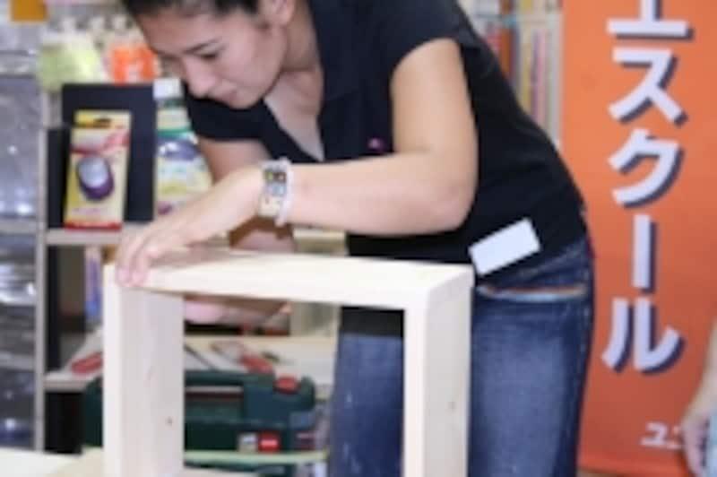 おままごと電子レンジを作るママ。教室をきっかけに木工にはまる方も多いそう