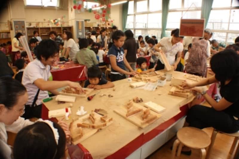 木のおもちゃを親子で製作している木工教室