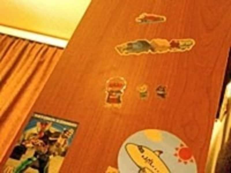 子供のいたずらシールは家具の材質を確かめつつドライヤーなどで
