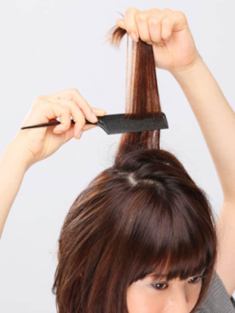 3.根元付近に逆毛を立てる