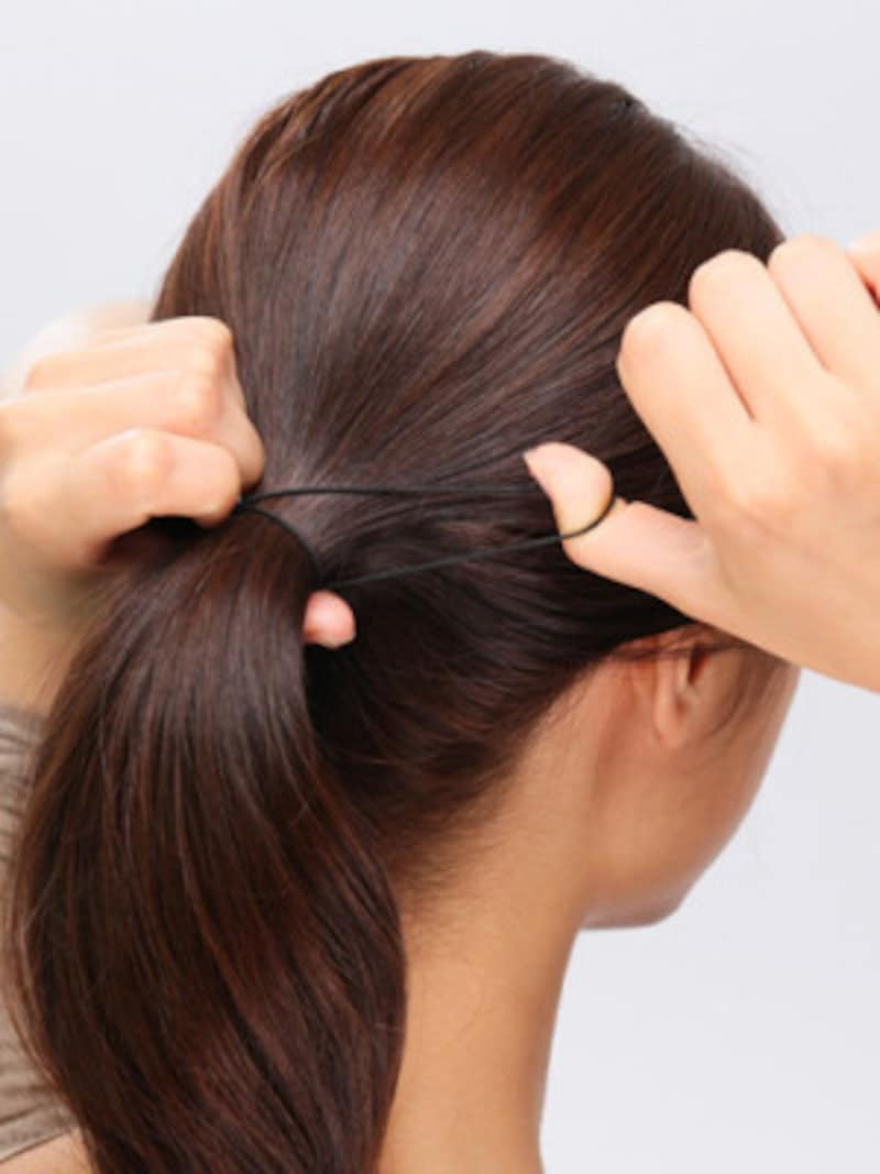 1.耳のラインで髪を1つに結ぶ