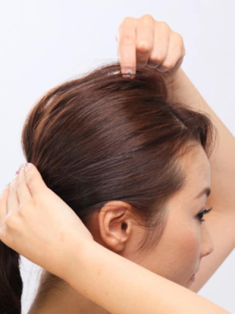 2.トップの髪をつまんで引きだして立体感を付ける