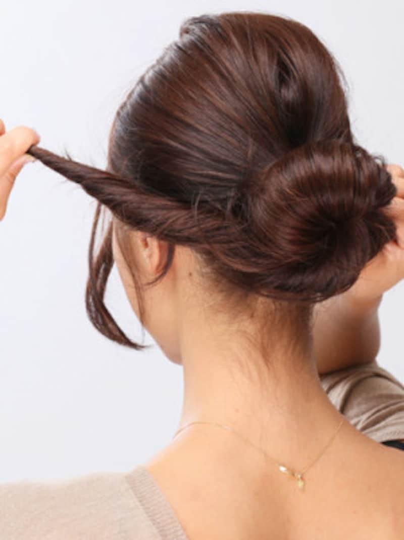 4.ねじった毛束をゴムの部分に右回転で巻きつけていく。