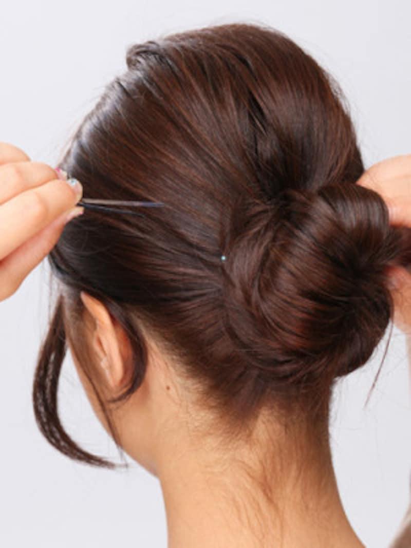5.ねじった毛束をアメピンで留めて固定する。