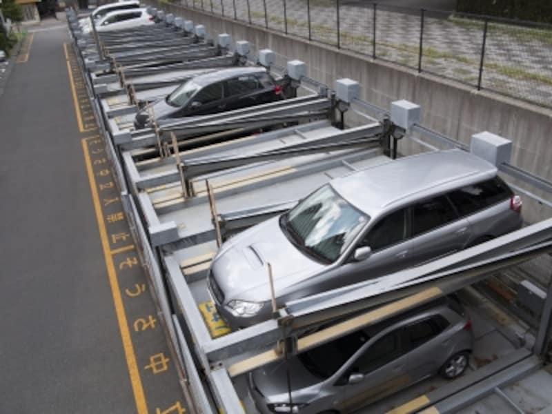 機械二段式駐車場の例。同じ面積で2倍の駐車台数となる。