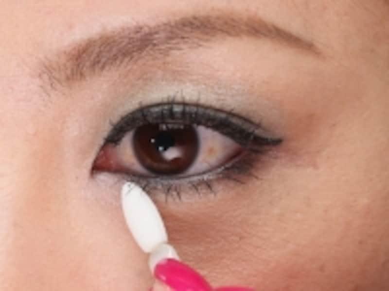 7.undefined目頭部分にピンクのアイシャドウを塗る