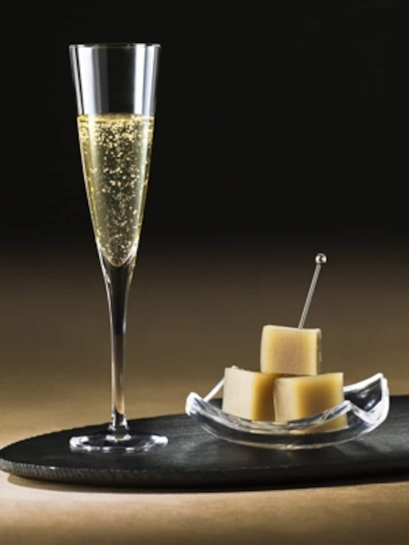 「新鶴本店 塩羊羹・シャンパンセット」(カフェメニュー)シャンパンの繊細な泡が、淡い塩味の羊羹を包みこむ。(写真提供;銀座三越)
