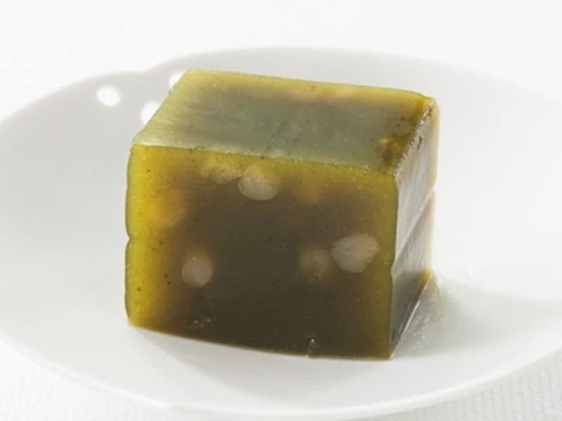羊羹工房渕上「挽き茶のみどりのようかん」深い緑色に、散りばめられた白小豆。印象的な美しさ。(写真提供;銀座三越)