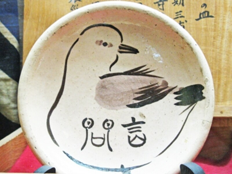 店内に展示される明治初期の器。三浦乾也氏による乾也焼。
