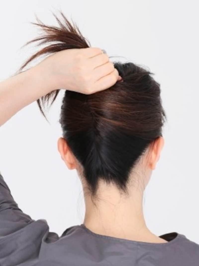 1.髪をひとまとめにして持ち、真上にねじり上げておきます。