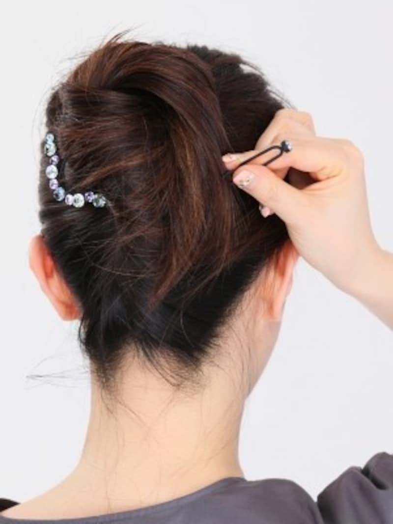 トップの髪が長く余るロングヘアの場合、U字ピンを使って毛先を留めて。