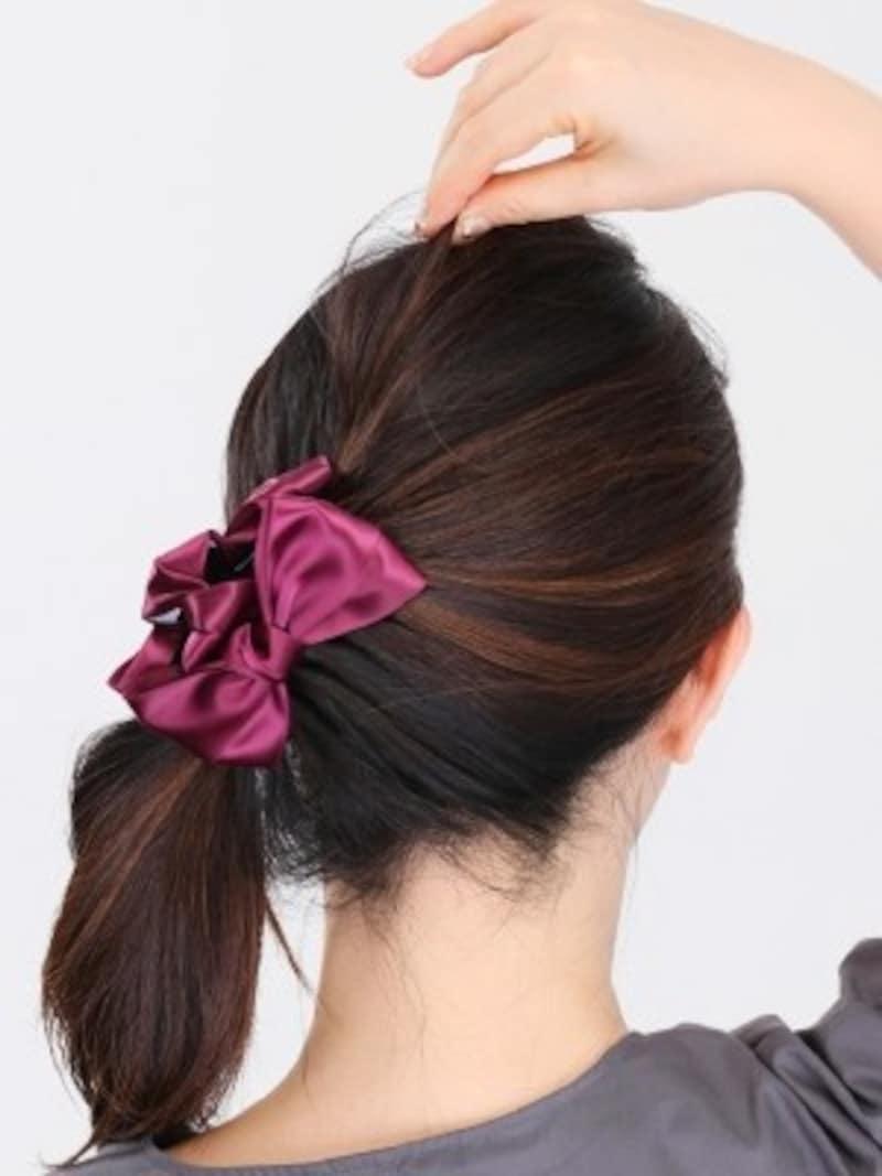 4.トップの髪をつまんで引き出すと、エレガントな雰囲気に。