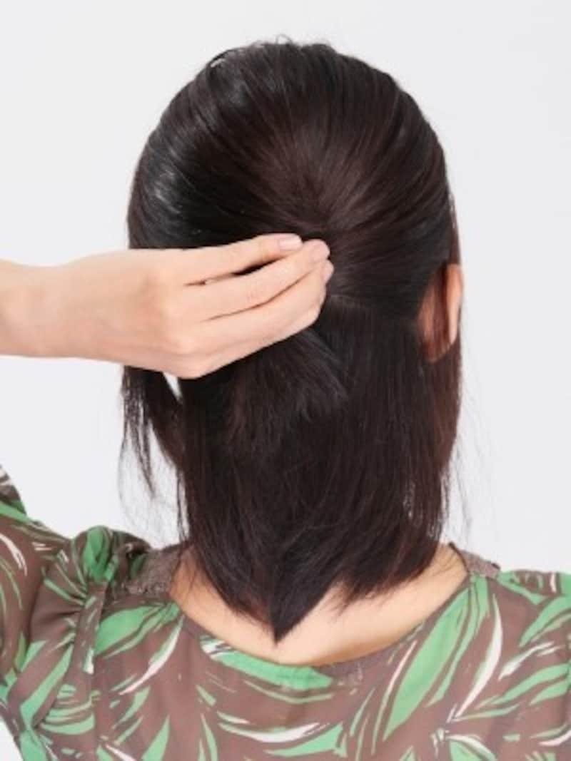 1.耳の高さで上半分の髪をまとめ、時計回りにねじります。