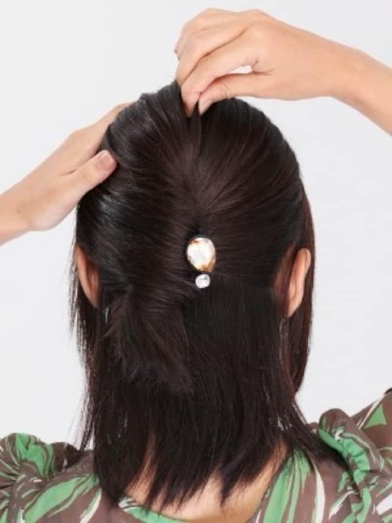 4.トップの髪を指で引き出すと、華やかさがアップ。
