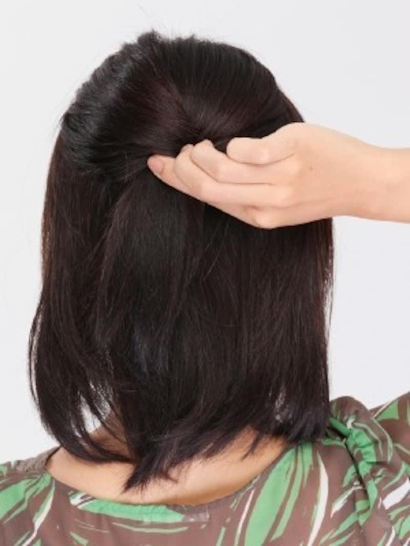 2.トップに高さを出すため、耳の上部分の髪を薄めにとってねじります。