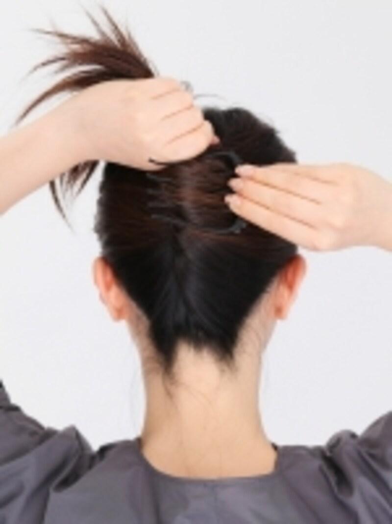 2.コームを裏向きに持ち、コームの先でねじり上げた髪をすくいます。