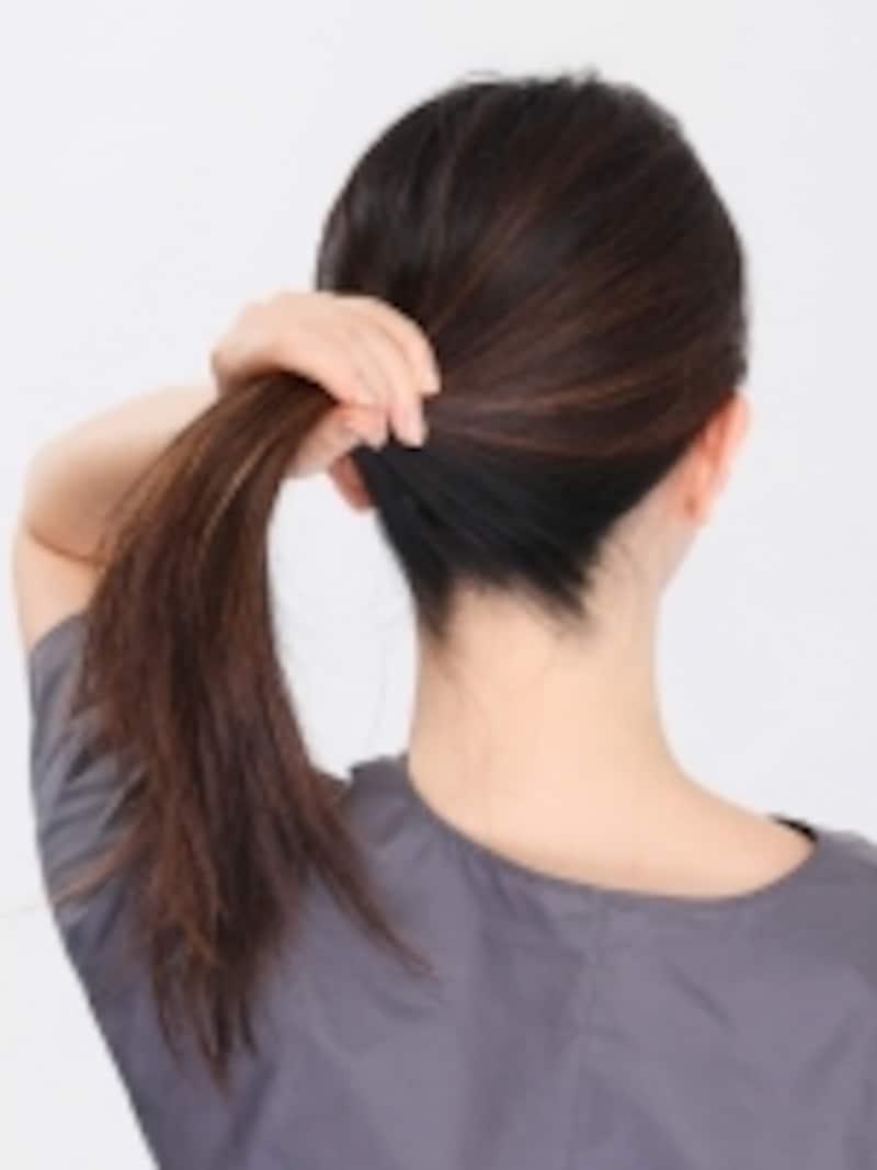 1.耳の後ろのあたりで髪をひとまとめにしてゴムで結んでおきます。