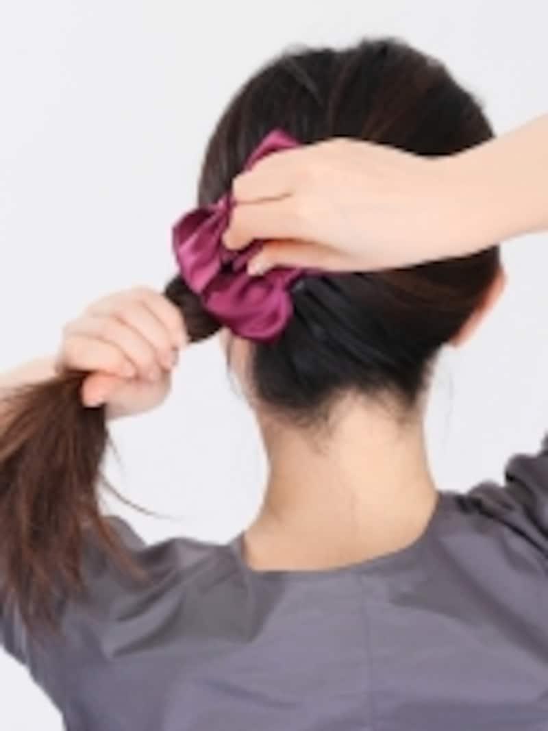 3.クリップを開き、後ろ足の部分でねじった髪をすくうようにして挟みます。