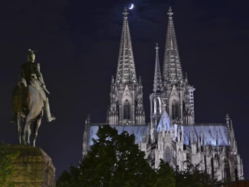 夜のケルン大聖堂とヴィルヘルム2世像