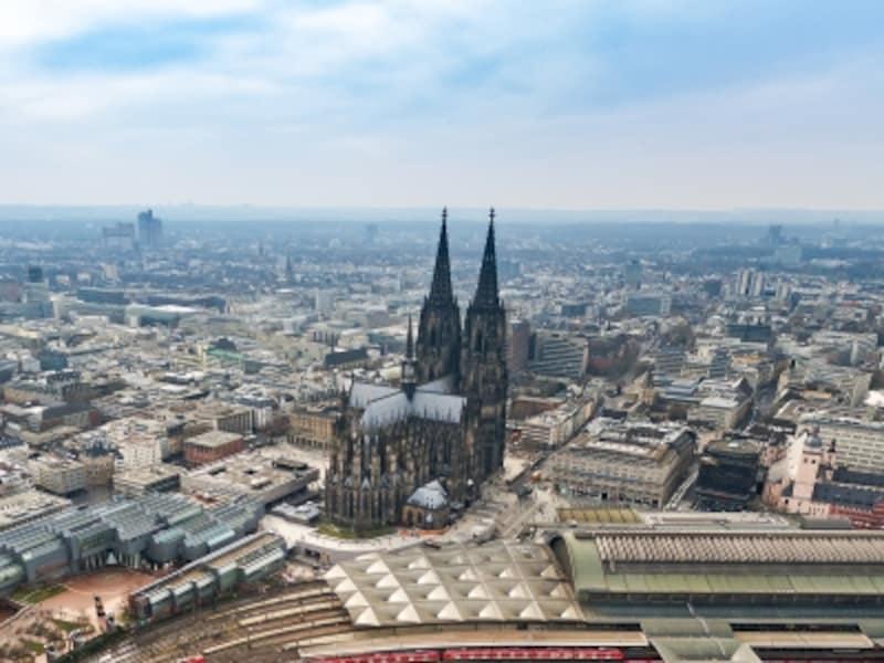 周囲を睥睨するケルン大聖堂の威容