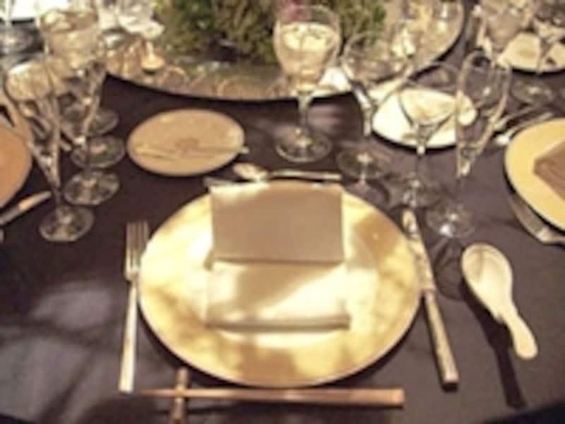 基本コーディネート例。西洋、日本、中国料理と複数ジャンルのコースの場合は、テーブルにもカトラリー、レンゲ、お箸をセット。