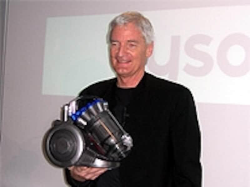 リリース会場にて片手で【DC26】を持ち説明する、ジェームズ・ダイソン氏。本体が格段に小さくなったdysonを使ってみました!