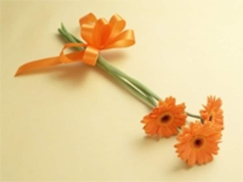 献花に使われる花は、白いカーネーションや菊が多いようですが、故人が好きだった花、季節の花にするケースもみられます。色も白限定ということではありあません。