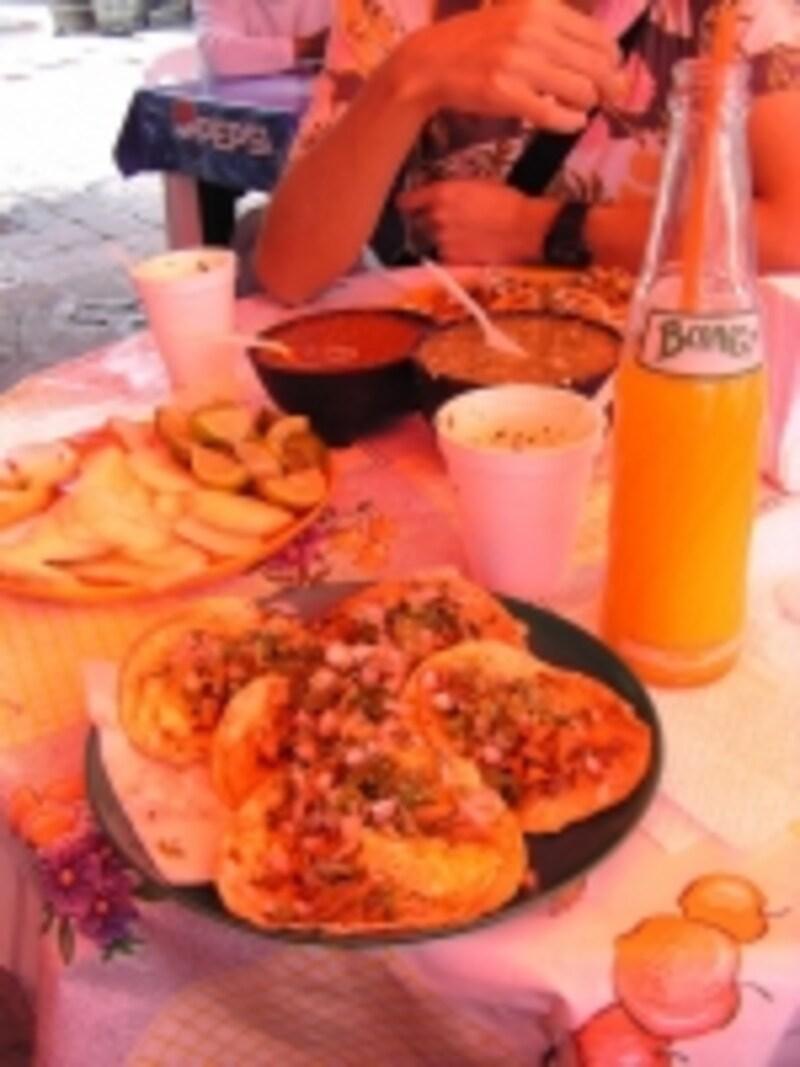 メキシコ料理を代表するタコスは、サルサや、レモン、タマネギ、香草を加えて、自分好みの味付けにできる。