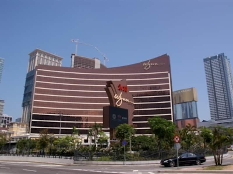 友誼大馬路を中心にカジノ、ホテル、オフィスビルが建ち並ぶ。中央はラスベガス資本のカジノ・リゾート・ホテル「ウィン・マカオ」