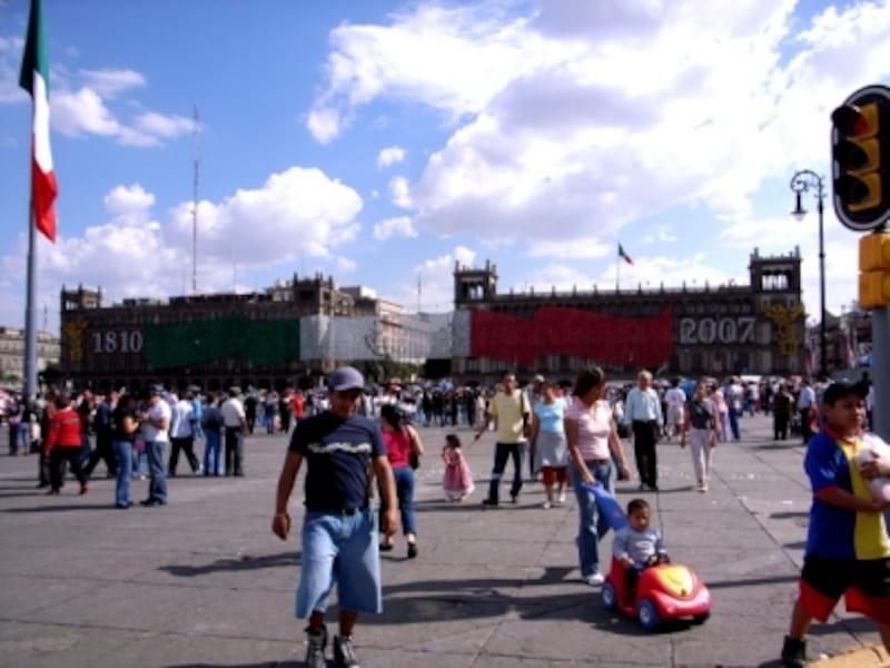 メキシコシティ中心部にある大広場ソカロは、国家の重要な式典、政治集会、イベントなどに頻繁に利用される。また、市民の憩いの場でもある