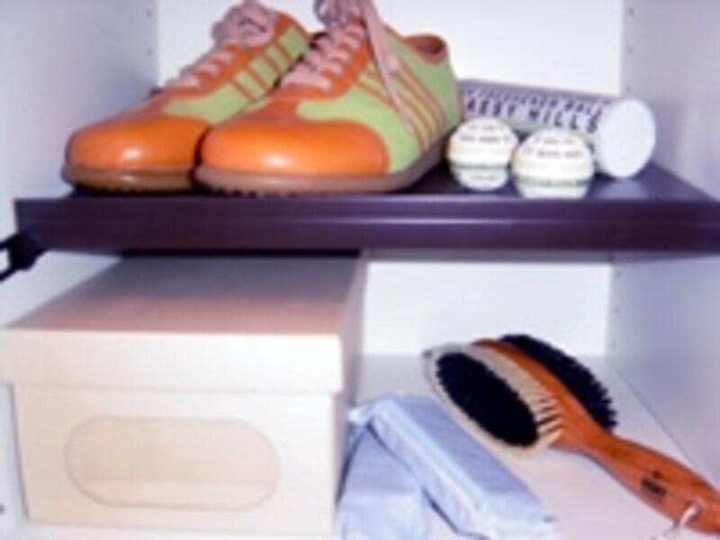 玄関には靴クリームなどの手入れ用品、消臭グッズ、レインガードなど仕舞っておきたいモノが多いのです。