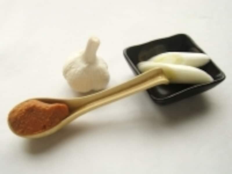 味噌、にんにく、長ねぎは鮭の生臭みを取ってくれる。蒸し焼きにしてじっくりと仕上げましょう