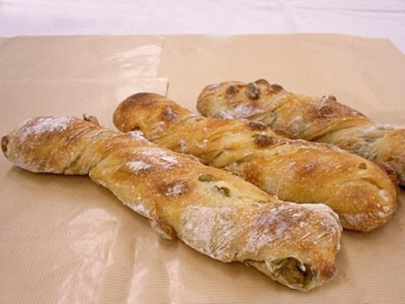 オリーブとマカダミアナッツの根っこパン